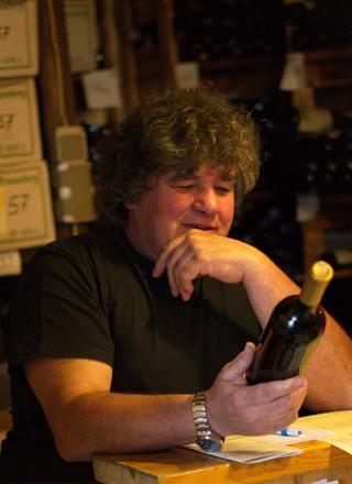 Rainer Heil, Winzer mit Weinflasche